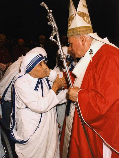 «Мать Тереза была единственным человеком на Земле, которая смела в какой угодно аудитории говорить о своем неприятии абортов. Даже папа римский не мог себе такого позволить, — говорит бывшая сестра ордена милосердия матери Терезы. — Когда Иоанн Павел II (на фото) обличал аборты в выступлении на специальной конференции ООН, он много цитировал мать Терезу. Видимо, ему так было удобнее»