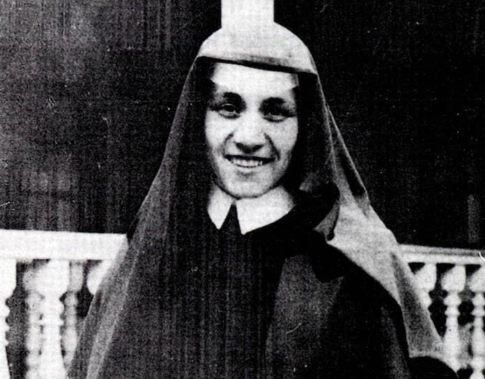 Мать Тереза, в миру Агнес Гонджа Бояджиу, родилась 26 августа 1910 года в городе Скопье, который в то время назывался Ускюб и входил в состав Османской империи. Тем не менее, сама мать Тереза считает днем своего рождения 27-е число — день своего крещения. Девочка выросла в албанской католической семье, с детства пела в церковном хоре, проводила много времени в ордене Святой Девы Марии