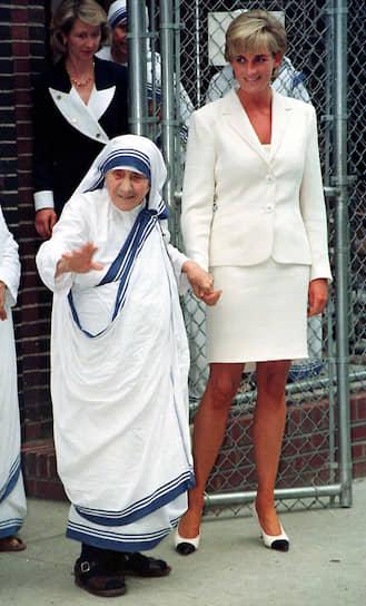 Мать Тереза почти 50 лет помогала всем страждущим. К 1997 году в «Ордене Милосердия» состояло почти 4 тыс. послушниц, а его отделения существовали в 123 странах мира. Мать Тереза была духовной наставницей принцессы Дианы и вдохновила ее на благотворительную деятельность