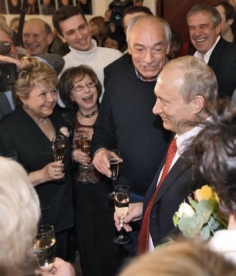 На фото: президент России Владимир Путин (справа) и артисты театра «Современник» Лия Ахеджакова (вторая слева), Валентин Гафт (третий слева) и Сергей Гармаш (пятый слева) во время празднования пятидесятилетнего юбилея театра