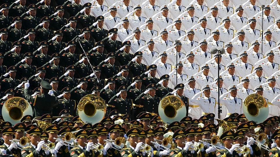 Российские солдаты промаршировали по площади Тяньаньмэнь