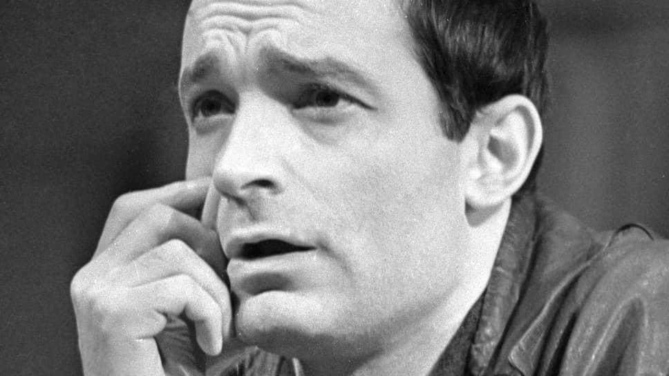 Валентин Гафт родился 2 сентября 1935 года в Москве в семье адвоката и домохозяйки. Во время учебы будущий актер участвовал в школьных спектаклях, однако ему доставались в основном женские роли, так как в его школе тогда учились только мальчики. Так как желание Гафта стать актером его родители не одобрили, в Школу-студию МХАТ он решил поступать втайне от всех