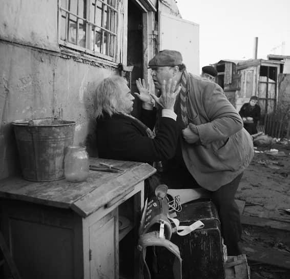 """«В """"Гараж"""" и """"Небеса обетованные"""" (кадр из фильма на фото) я, можно сказать, попал по воле случая. В """"Гараже"""" должен был сниматься Александр Ширвиндт, но потом из-за занятости не смог прийти на съемки. Тут-то я и появился. А в """"Небесах обетованных"""" Президента должен был играть Георгий Бурков, но неожиданно он умер. Уверен, если бы снимались эти прекрасные актеры, картины получились бы другими»"""