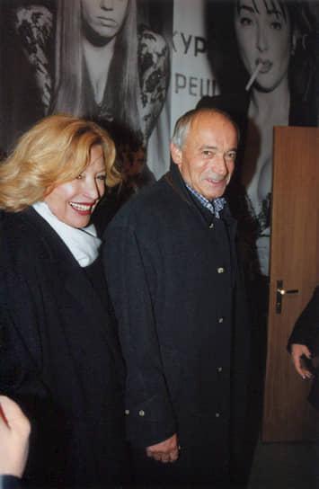 В жизни Валентина Гафта было много женщин. Его первой женой стала модель Елена Изоргина, с которой он прожил восемь лет. Второй избранницей была балерина Инна Елисеева, которая ради Гафта развелась со своим мужем Эдвардом Радзинским. Третья супруга актера — танцовщица Алла. С 1996 года Валентин Гафт был женат на актрисе Ольге Остроумовой (на фото)