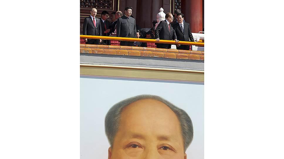 Владимир Путин и Си Цзиньпин, а также бывшие председатели КНР Цзян Цзэминь и Ху Цзиньтао наблюдали за парадом вместе с Мао Цзэдуном