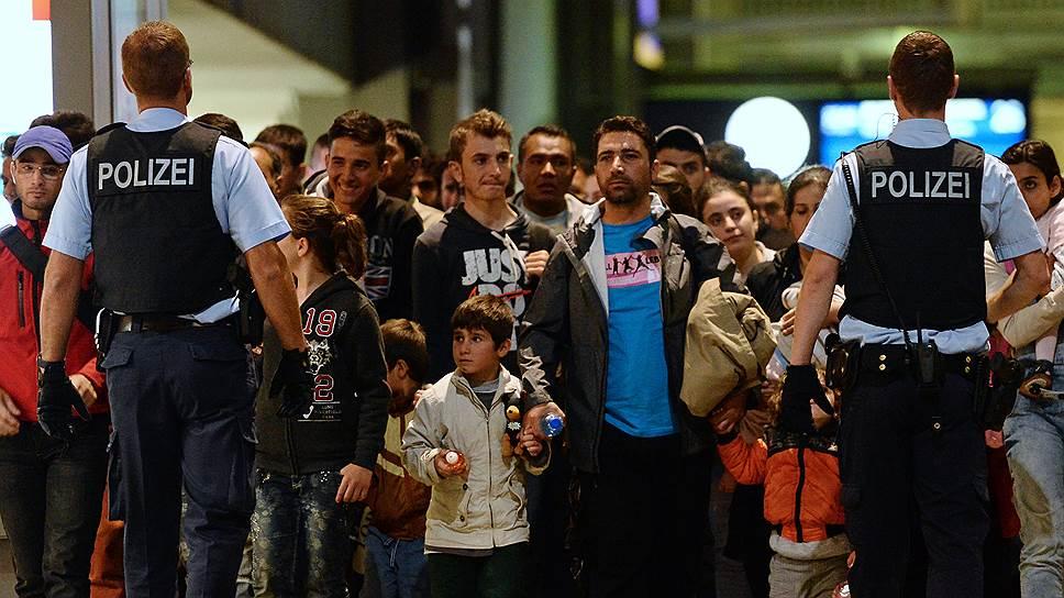 Пытаясь остановить поток беженцев, власти стран ЕС все активнее прибегают к помощи полиции и армии