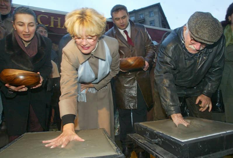 В 1985 году Армен Джигарханян был удостоен звания Народный артист СССР. Награжден орденами «За заслуги перед Отечеством» II, III и IV степеней <br>На фото: Актеры Марина Неелова (вторая слева) и Армен Джигарханян (справа) на церемонии закладки аллеи звезд рядом с киностудией «Мосфильм»