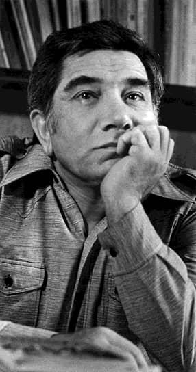 Армен Джигарханян родился 3 октября 1935 года в Ереване. Он происходит из старинного рода тифлиссиких армян. Его отец ушел из семьи, когда будущему артисту был один месяц. Но у мальчика сложились хорошие отношения с отчимом