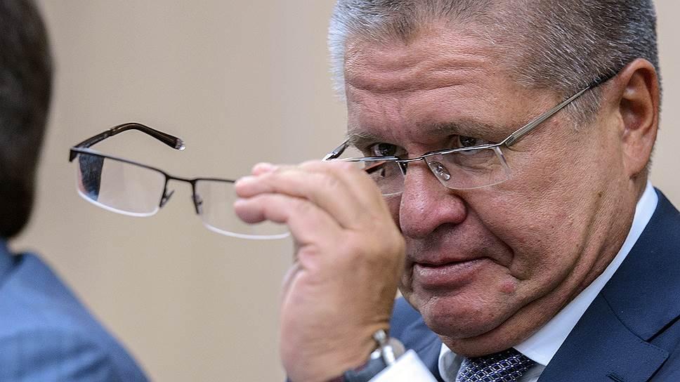 Министр экономики Алексей Улюкаев согласовал инициативы, при реализации которых рынку недвижимости придется работать почти вслепую