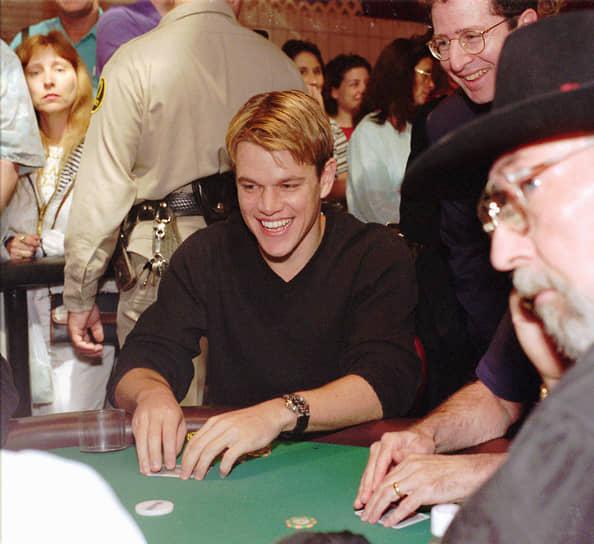 Мэтт Деймон увлекается игрой в покер. Он принимал участие в турнире мировой серии, где главный приз достигал £700 тыс. Тяга к покеру возникла у Деймона после фильма «Шулера». Для того чтобы актер мог достоверно сыграть свою роль, игре в покер его обучал профессионал Фил Хельмут