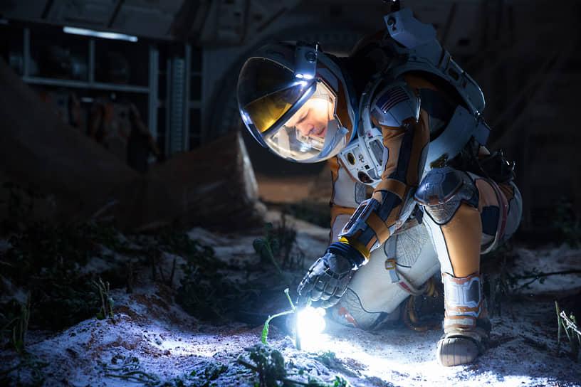 В 2014 году Мэтт Деймон сыграл в оскароносном «Интерстелларе» режиссера Кристофера Нолана. В 2015 году на экранах появился еще один научно-фантастический фильм под названием «Марсианин» (на фото — кадр из фильма), снятом по одноименному роману-бестселлеру Энди Уира