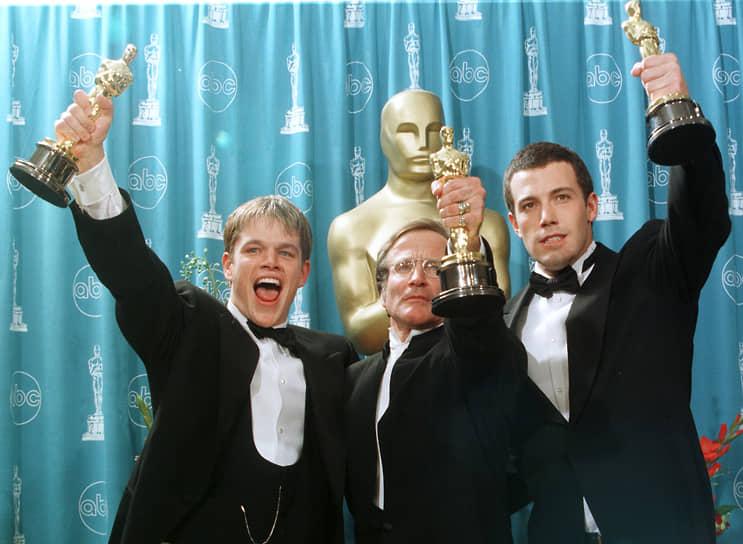 Фильм «Умница Уилл Хантинг» вышел в 1997 году и принес Мэтту Деймону и Бену Аффлеку «Оскар» за лучший сценарий. В мировом прокате картина собрала $225 млн при бюджете $10 млн <br>На фото: Мэтт Деймон, Робин Уильямс и Бен Аффлек на 70-й церемонии вручения премии «Оскар»