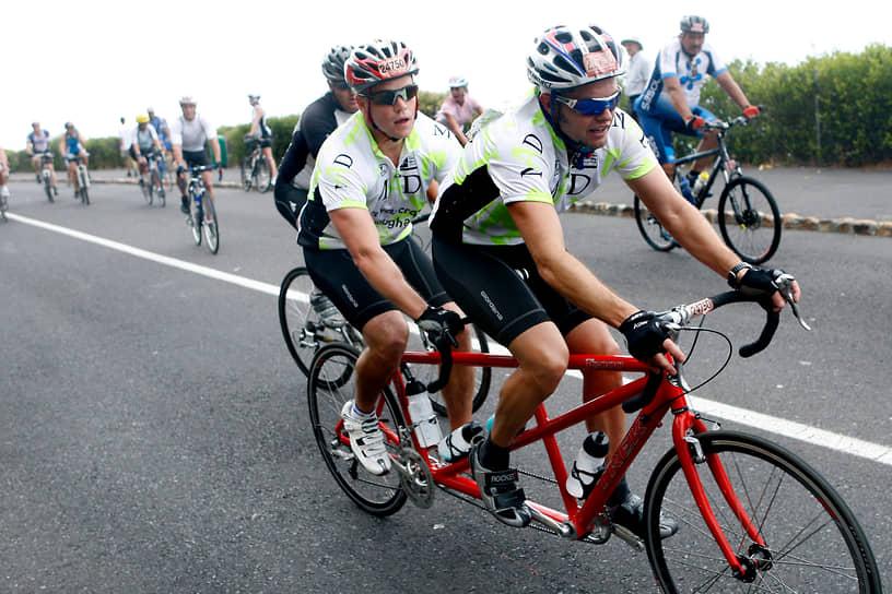 """«Если мы хотим давать """"Оскары"""" по-настоящему хорошим фильмам, мы должны ввести десятилетние перерывы между церемониями» <br>На фото: Мэтт Деймон и его старший брат Кайл во время велогонки в Кейптауне (ЮАР)"""