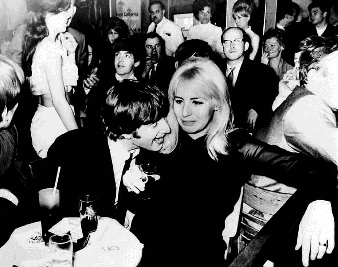 «Для каждого мужчины движущая сила — это женщина. Без женщины даже Наполеон был бы простым идиотом»  <br>23 августа 1962 года Джон Леннон женился на Синтии Пауэлл (на фото), однако их брак продлился недолго. Пара рассталась в 1968 году, когда Леннон познакомился с художницей-авангардисткой Йоко Оно