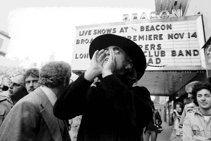 «Если бы все работали, сидя в мешках, предубеждений не возникало бы. Пришлось бы судить о людях по их качествам, а не по внешности»  <br>В 1969 году Леннон и Йоко Оно стали устраивать совместные политические акции. Так, они пригласили журналистов на «постельное интервью», в течение которого рассказывали о мире, сидя в кровати. На подобной акции в Амстердаме Леннон сочинил песню «Give Peace a Chance», которая стала гимном пацифистского движения