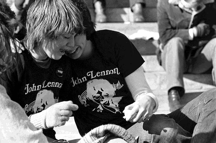 «Смерть — это как пересесть из одной машины в другую»  <br>8 декабря 1980 года поклонник Леннона Марк Чепмен застрелил музыканта, когда Джон и Йоко входили под арку своего дома, возвратившись из студии звукозаписи Hit Factory. В 1984 году вышел его посмертный альбом, множество его песен перезаписываются до сих пор. По всему миру есть мемориалы памяти и улицы, названные в честь музыканта