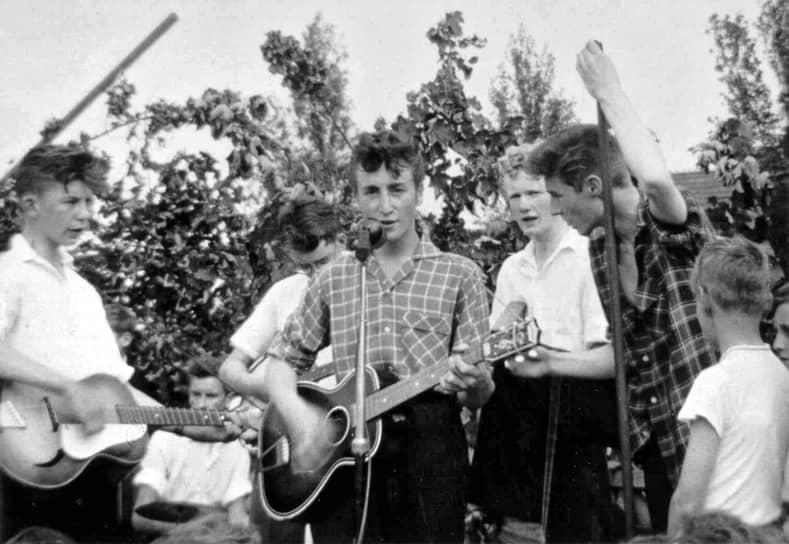 «Реальность многое оставляет воображению»  <br>В школе Леннон не отличался особыми успехами. Ему было скучно, и в 1952 году он оказался в классе для самых отстающих учеников. Несмотря на это, он увлекся музыкой, пел в хоре и занимался выпуском школьной газеты