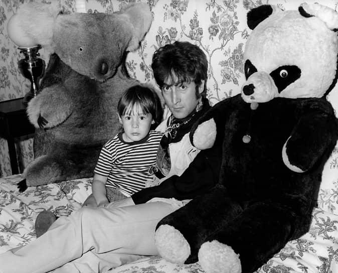«Гениальность, видимо, одна из форм сумасшествия» <br>От первого брака у Джона Леннона есть сын Джулиан (на фото)