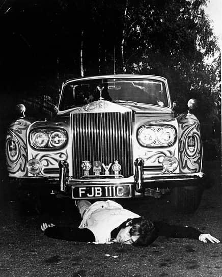 «Музыка принадлежит всем. Только фирмы звукозаписи еще верят, что владельцы — они»  <br>Леннон был широко известен своими политическими взглядами. В 1971 году вышла его песня «Imagine», проповедовавшая идеи равенства и свободы, братства людей и мира. Это сделало Леннона кумиром хиппи