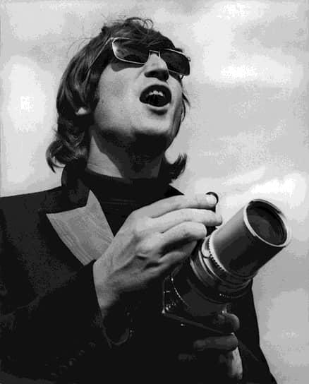 «Когда я был моложе, гораздо моложе, чем сейчас, я не нуждался в чьей-то помощи в чем-либо»  <br>Первые выступления The Beatles за пределами Ливерпуля состоялись в 1960 году в Гамбурге. Группа быстро стала популярной, но музыканты пристрастились к наркотикам. Спустя год менеджером группы стал Брайан Эпстайн, изменивший имидж группы, что не очень нравилось Леннону, но способствовало популярности The Beatles