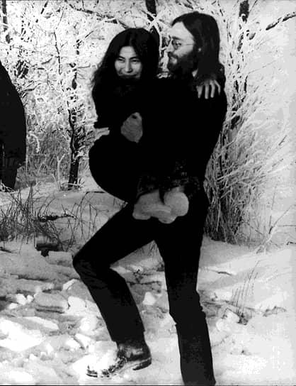 «Когда появилась Йоко, его привлек к ней среди прочего ее авангардизм, ее мировоззрение. Она показала ему иную дорогу в жизни, которая его очень притягивала»,— рассказывал Пол Маккартни <br>Когда Джон Леннон познакомился с Йоко Оно, ему было 26, ей — 33. По рекомендации Пола Маккартни Леннон пришел на выставку Оно в галерее «Индика» в Лондоне, где они и познакомились. Пара поженилась в 1969 году, после чего Леннон сменил свое второе имя Уинстон на Оно. После свадьбы музыкант записал песню «The Ballad of John and Yoko»