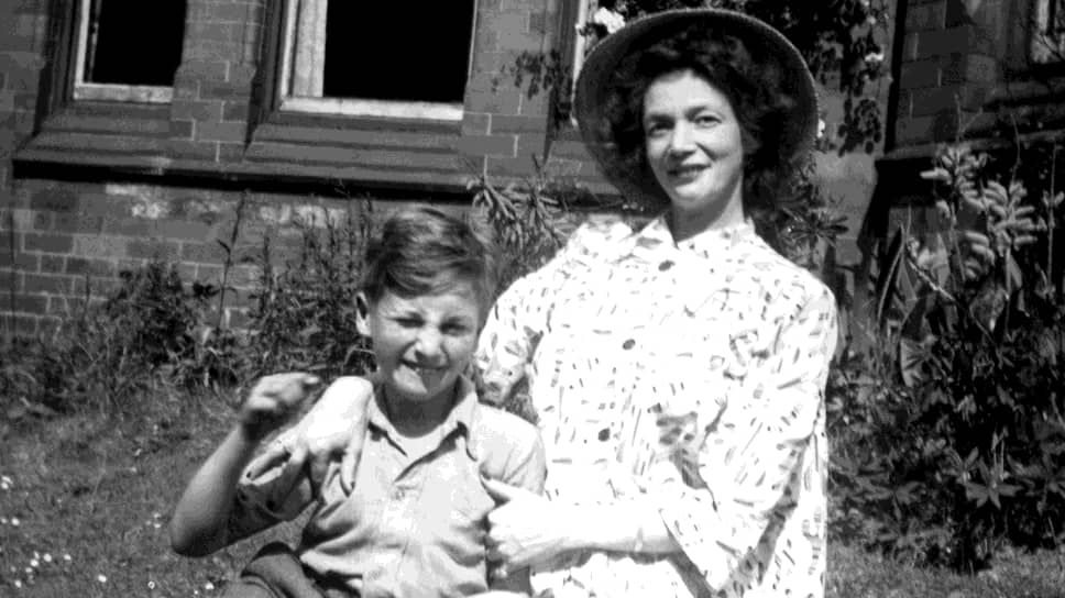 «Я артист. Дайте мне долбаную тубу, и я из нее что-нибудь выжму»  Джон Леннон родился 9 октября 1940 года в Ливерпуле. Когда мальчику было четыре года, мать  отдала сына на воспитание сестре Мими. Она была достаточно строгой и не смогла найти общий язык с мальчиком, который больше привязался к своему дяде Джорджу. В 1953 году тот умер, и Леннон вновь сблизился с матерью