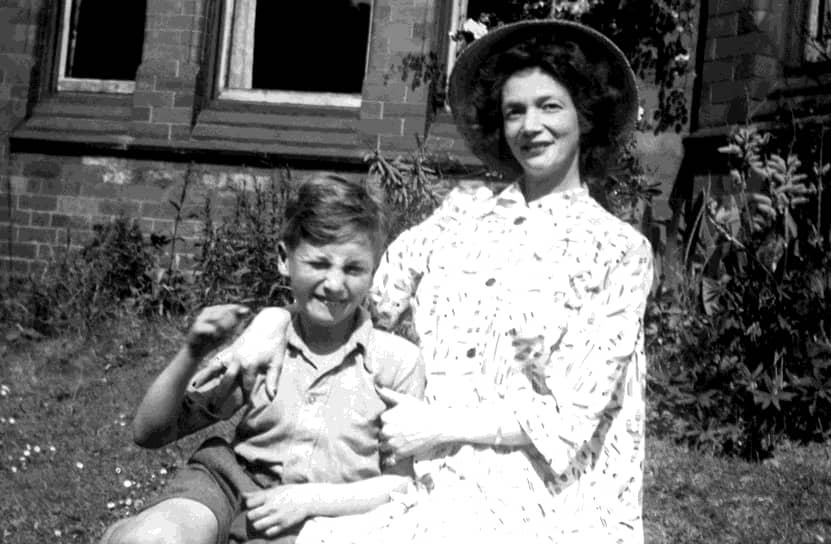 «Я артист. Дайте мне долбаную тубу, и я из нее что-нибудь выжму»  <br>Джон Леннон родился 9 октября 1940 года в Ливерпуле. Когда мальчику было четыре года, мать Джулия (на фото) отдала сына на воспитание сестре Мими. Та была достаточно строгой и не смогла найти общий язык с Джоном, который больше привязался к своему дяде Джорджу. В 1953 году тот умер, и Леннон вновь сблизился с матерью