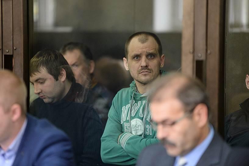 Обвиняемый в убийстве Дмитрий Ермаков (в центре)