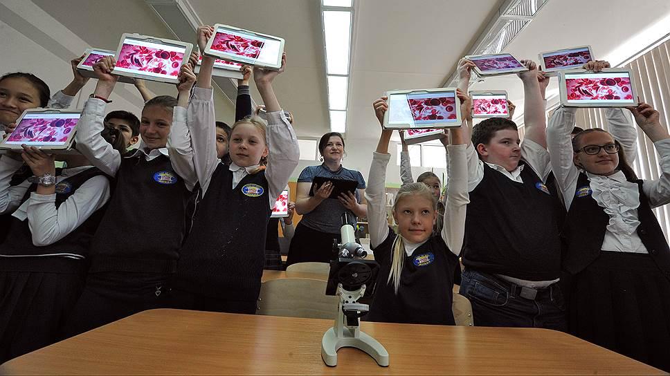 2015 год. Первый открытый урок с электронными учебниками прошел в средней школе №1995