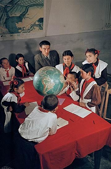 1952 год. Кара-Калпакия. г. Нукус. В средней школе им А. С. Пушкина идет урок географии