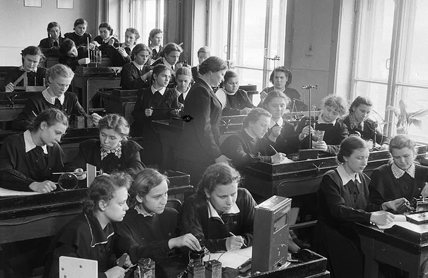"""1953 год. Последний звонок. Начались подготовки к экзаменам в 10 """"В"""" классе"""
