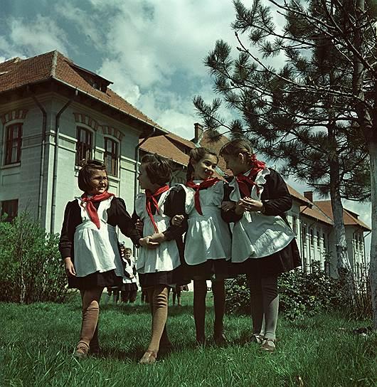 1955 год. Город Турно-Северин. Ученицы элементарной школы №2 на перемене