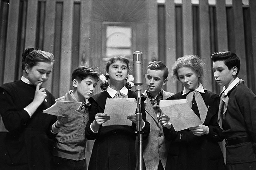 """1962 год. Всесоюзное радио. Московские школьники ведут передачу """"Пионерская зорька"""""""