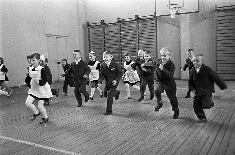 1972 год. Младшие школьники на занятиях в спортивном зале