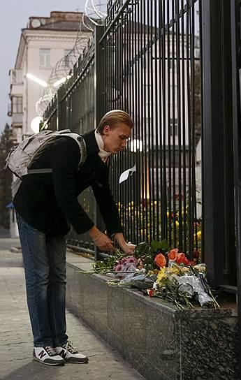 Цветы около здания Посольства России в Киеве