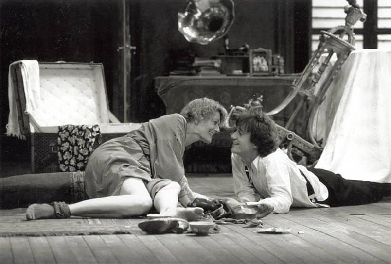 В 1991 году в лондонском театре «Глобус» с Ванессой Редгрейв в роли Айседоры Дункан Меньшиков сыграл Сергея Есенина в спектакле «Когда она танцевала» (кадр из спектакля на фото) по пьесе Мартина Шермана, за что был удостоен премии имени Лоуренса Оливье. Три года спустя он закрепил свой успех в Париже, сыграв в той же пьесе, но уже в постановке парижского Театра комедии на Елисейских полях