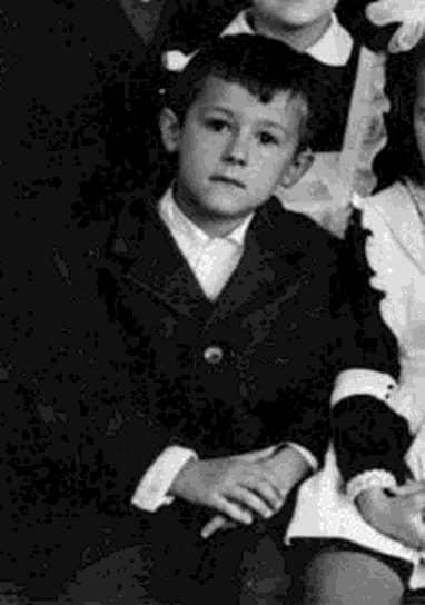 Олег Меньшиков родился 8 ноября 1960 года в Серпухове в семье военного инженера и невропатолога. Почти сразу после рождения мальчика перевезли в Москву, где прошло детство будущего актера. Тяга к музыке у Меньшикова появилась еще в школьные годы. «Он был у нас объединяющим началом. Большую роль в этом сыграли его музыкальные способности. Во многих классах и кабинетах у нас стояло фортепьяно. На переменах Oлег садился и начинал играть, играл с огромным удовольствием. Мы подпевали»,— вспоминали его одноклассники
