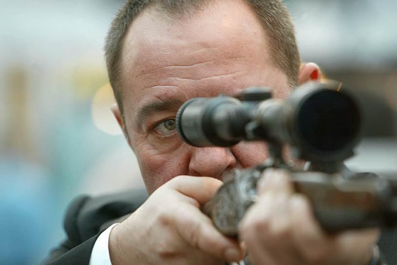 2005 год. Советник президента России Михаил Лесин на Второй московской выставке «Оружие и охота» в Гостином дворе