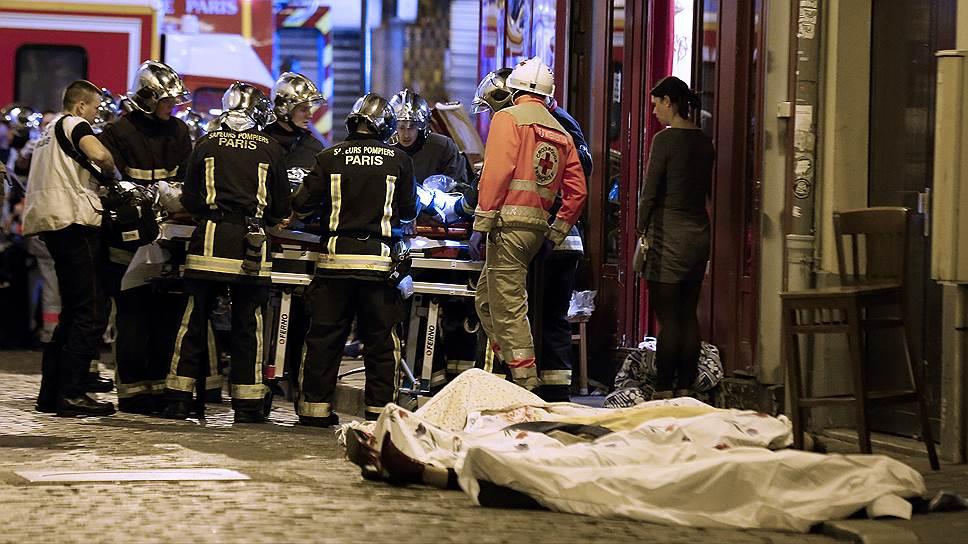 Атаку в центре Парижа террористы начали в 21:25 по местному времени, выпустив очереди из АК-47 по посетителям бара Carillon и азиатского ресторанчика Petit Cambodge на углу улицы Алибер. 15 человек погибли, 10 были ранены