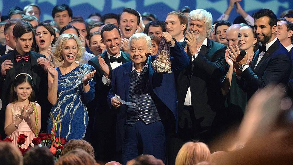 Художественный руководитель Московского художественного театра имени А. П. Чехова Олег Табаков (в центре)