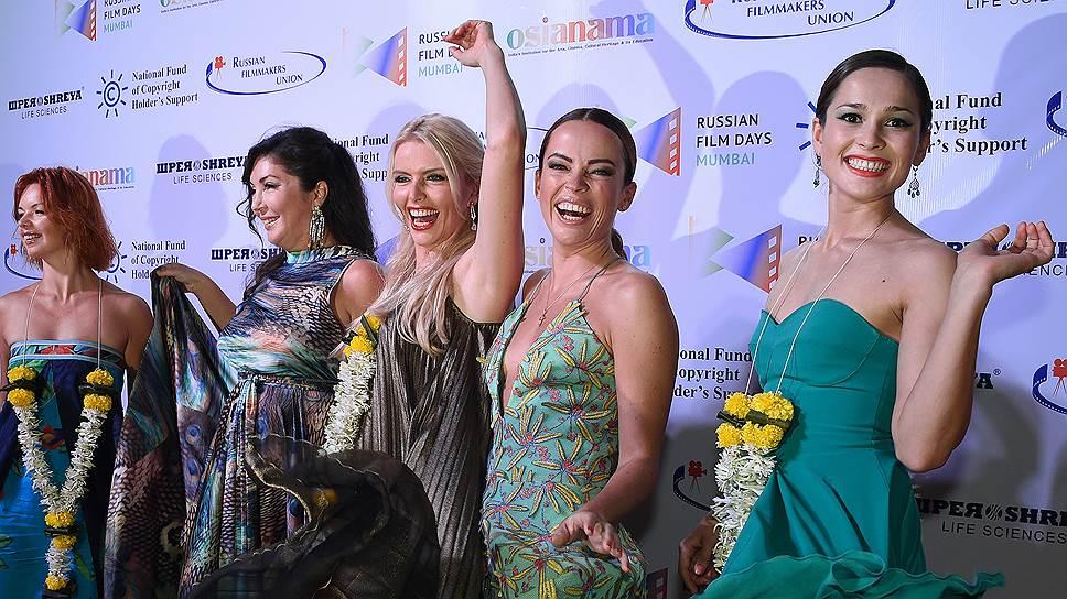 Актриса Арина Борисова (первая слева), актриса Алиса Гребенщикова (вторая слева), редакционный директор журнала The Hollywood Reporter Мария Лемешева (в центре), актрисы Анна Чурина (третья справа), Ольга Зайцева (вторая справа) и актриса Саера Сафари (первая справа)