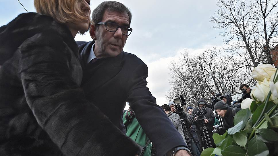 Посол Франции в РФ Жан-Морис Рипер вместе с супругой возлагает цветы к французскому посольству в Москве в память о жертвах серии терактов в Париже
