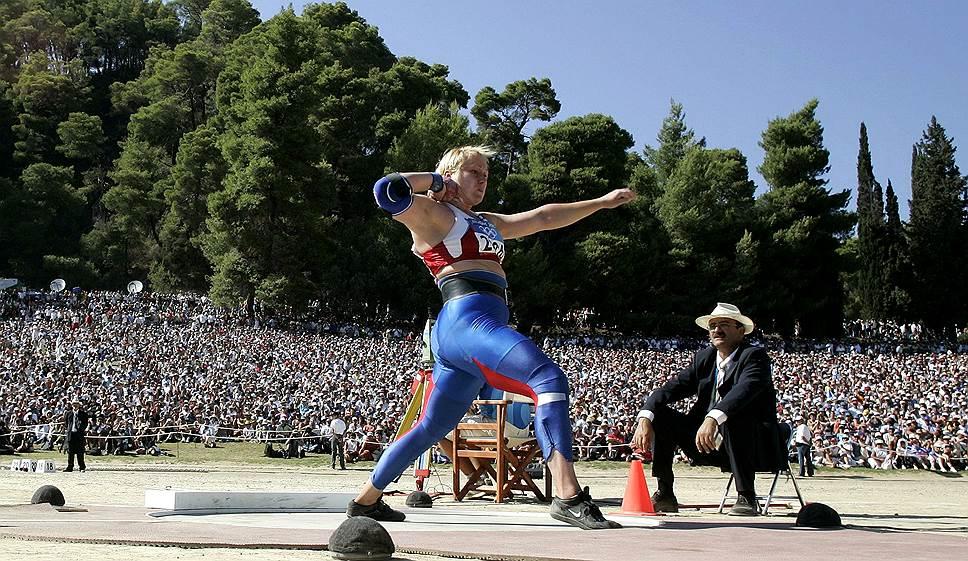 В 2004 году на Играх в Афинах на допинге попались две россиянки. Легкоатлетка Ирина Коржаненко (на фото), завоевавшая золото в толкании ядра, была уличена в применении станозолола. Тяжелоатлетка Альбина Хомич попалась на метандростенолоне. Для Коржаненко это был второй допинговый случай — она была отстранена пожизненно, Хомич — на два года