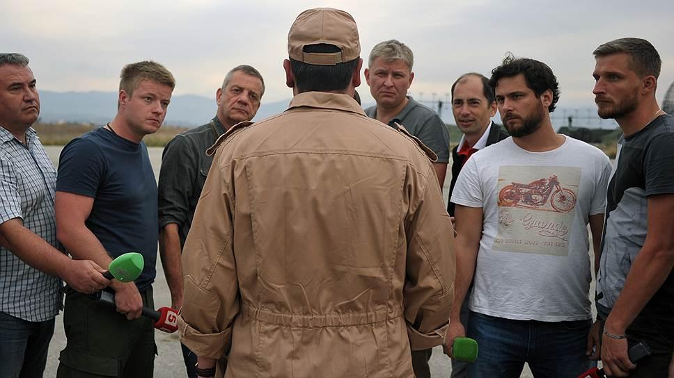 Спасенный летчик Су-24 капитан Константин Мурахтин (в центре) отвечает на вопросы журналистов на авиабазе «Хама» в сирийской провинции Хама