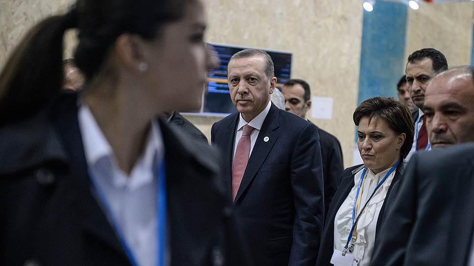 Президент Турции Реджеп Тайип Эрдоган долго бродил по коридорам саммита — похоже, в надежде встретить президента России Владимира Путина