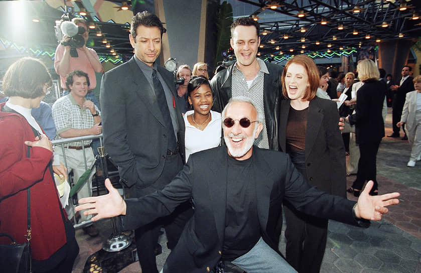 В большом кино Джулианна Мур дебютировала в 1990 году, снявшись в фильме «Сказки темной стороны». Затем последовало несколько второстепенных ролей, пока актрису не заметил режиссер Стивен Спилберг, пригласив на роль доктора Сэттлер в сиквеле «Парка юрского периода»