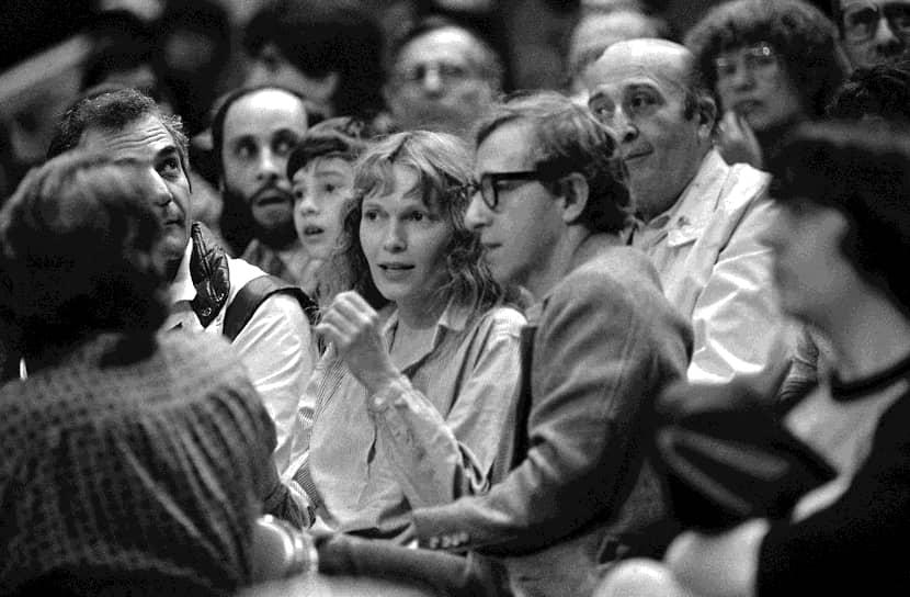 В 1980 году начался 12-летний роман с актрисой Миа Фэрроу (на фото), которая снялась у него в главных ролях в 13 фильмах. Их роман закончился громким скандалом и судебными процессами, в результате которых Аллен был лишен возможности видеться с детьми