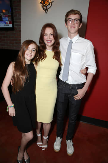 Актриса замужем во второй раз за режиссером Бартом Фрейндлихом, пара живет вместе с 1996 года, брак оформлен в 2003 году. У них двое детей: сын Калеб (на фото справа) и дочь Лив (слева)