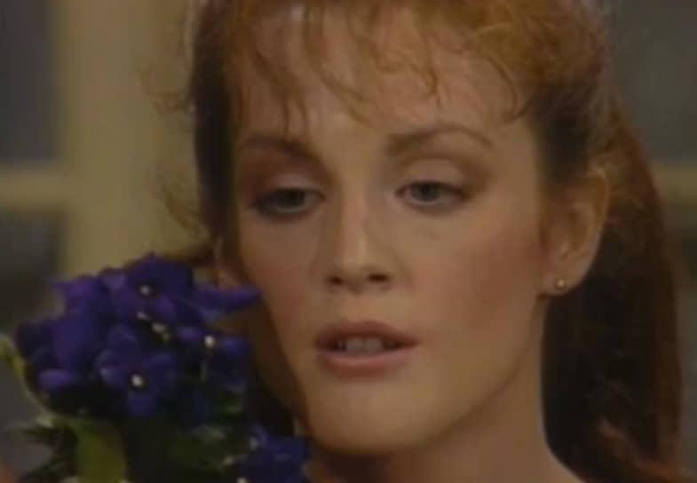 По окончании учебы Джулианна Мур переехала в Нью-Йорк, где первое время работала официанткой, пока ей не удалось получить роль в сериале «Край ночи» (кадр из сериала на фото). Молодую актрису заметили, и вскоре она уже блистала в популярном на тот момент сериале «Как вращается мир». За работу в сериале, где Мур предложили одновременно две роли, актриса удостоилась премии «Эмми»