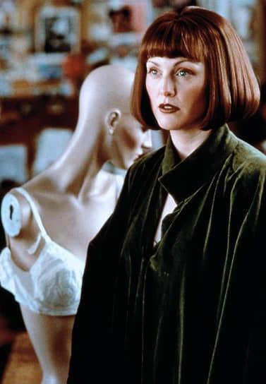 В 1998 году на экраны вышел фильм братьев Коэнов «Большой Лебовски» (кадр из фильма на фото), где Джулианна Мур сыграла художницу-феминистку. Год спустя выходят сразу пять фильмов с ее участием. Актриса вновь появилась у режиссера Пола Томаса Андерсона в «Магнолии», снялась в экранизации повести Грэма Грина «Конец романа» режиссера Нила Джордана (номинации на премию BAFTA, «Золотой глобус» и «Оскар») и нескольких других менее значимых картинах